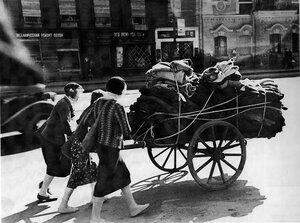 1942, июль. Ленинградские служащие отвозят на склад теплую спецодежду