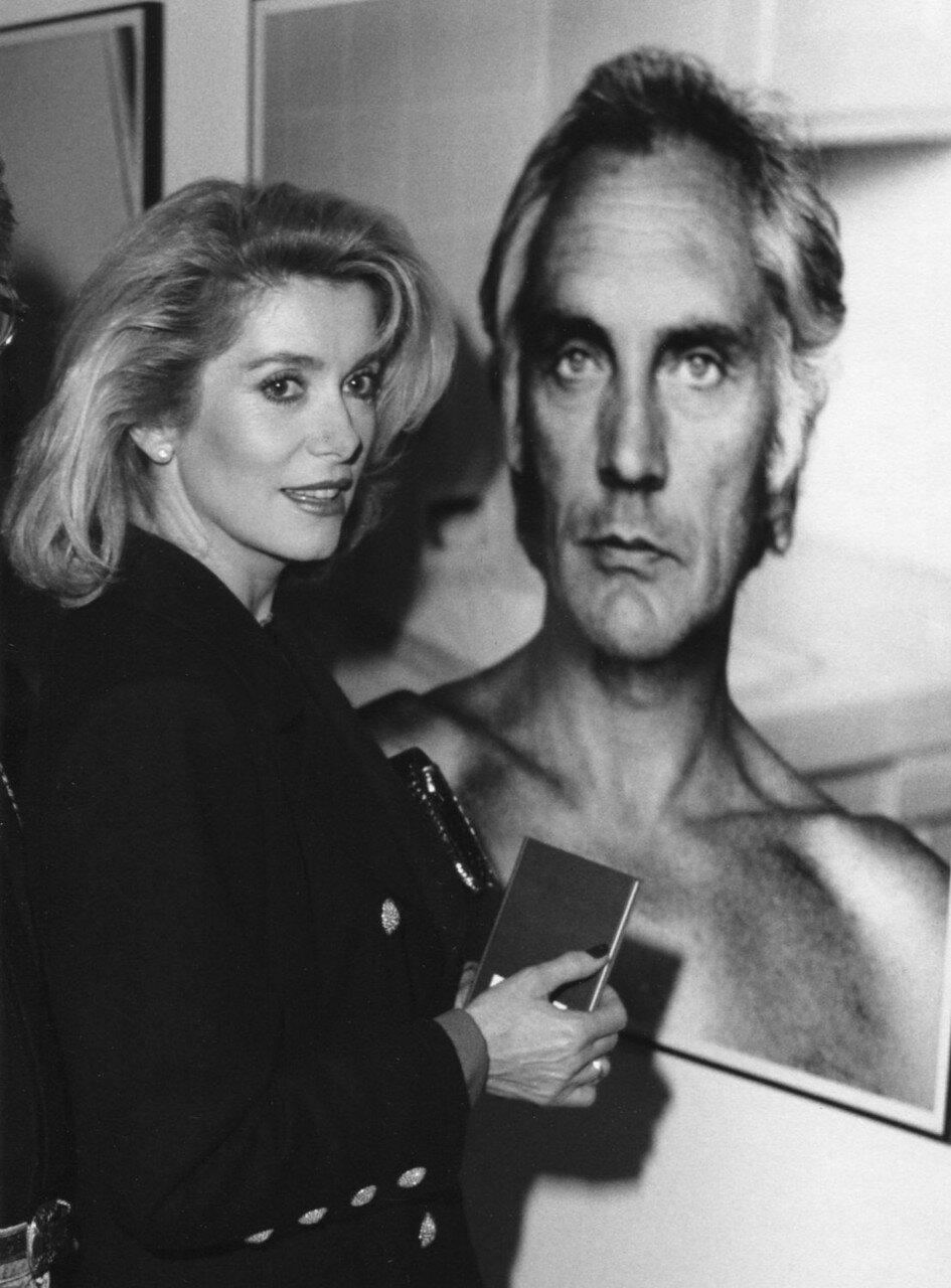 1980. Катрин Денев на выставке