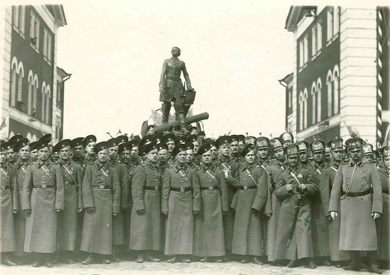 12. Гренадеры артиллерийского полка у памятника Петру I  в день 200-летнего юбилея Арсенала. 21 апреля 1914