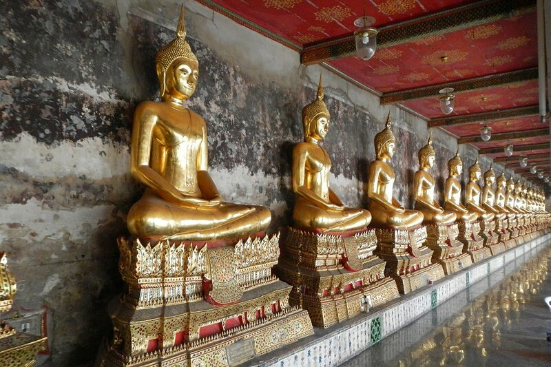 Галерея золотых Будд - Храм Ват Сутхат (Wat Suthat Thep Wararam) и гигантские качели в Бангкоке