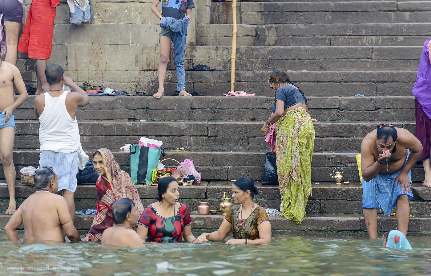 Фото 18. Вода в Ганге, по уверению верующих, лечит от всех болезней. И неважно, что в 100 метрах сжигают покойников, а остатки сбрасывают в реку… Фотоаппарат Nikon D610, объектив Nikon 70-300. Настройки камеры: 1/125, 5.3, 1250, 200.
