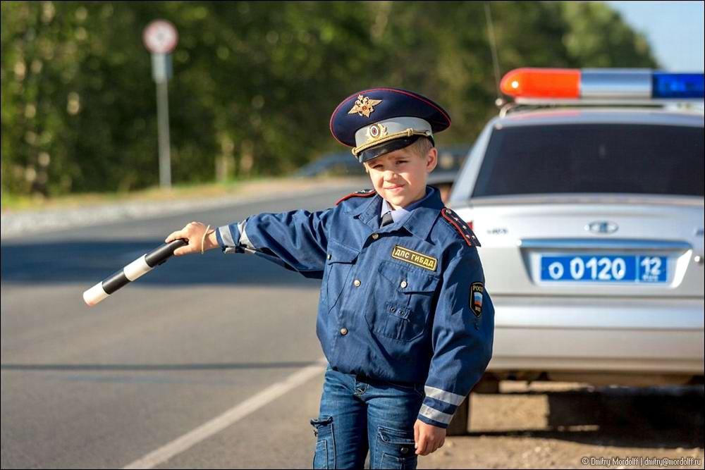 Дети на снимках из серии Люди мужественных профессий: полицейские и космонавты (4)