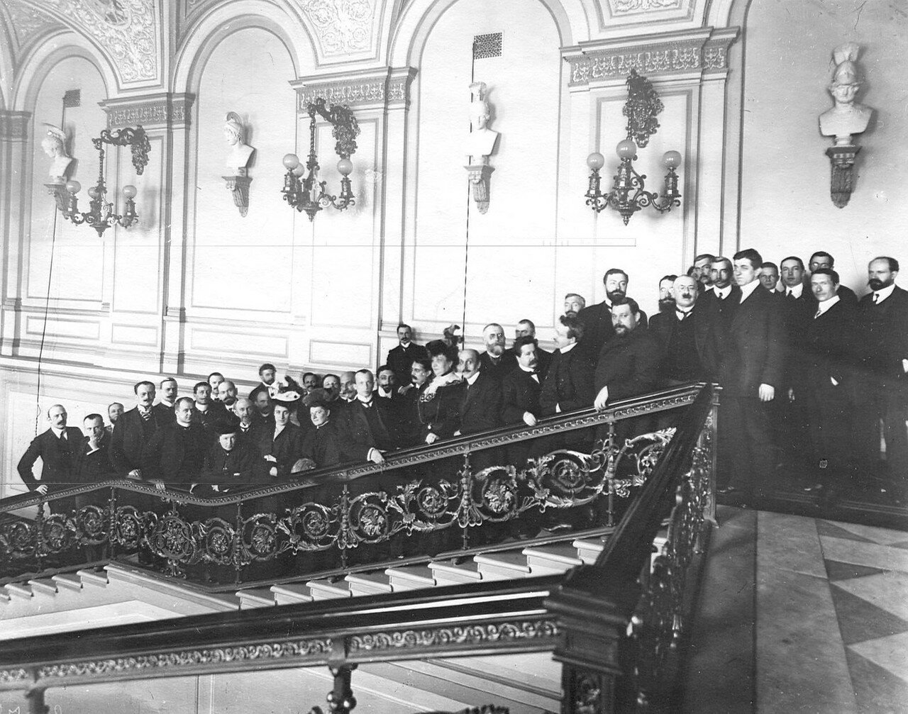 Март 1906. Группа выборщиков в Первую Государственную думу на лестнице избирательного пункта