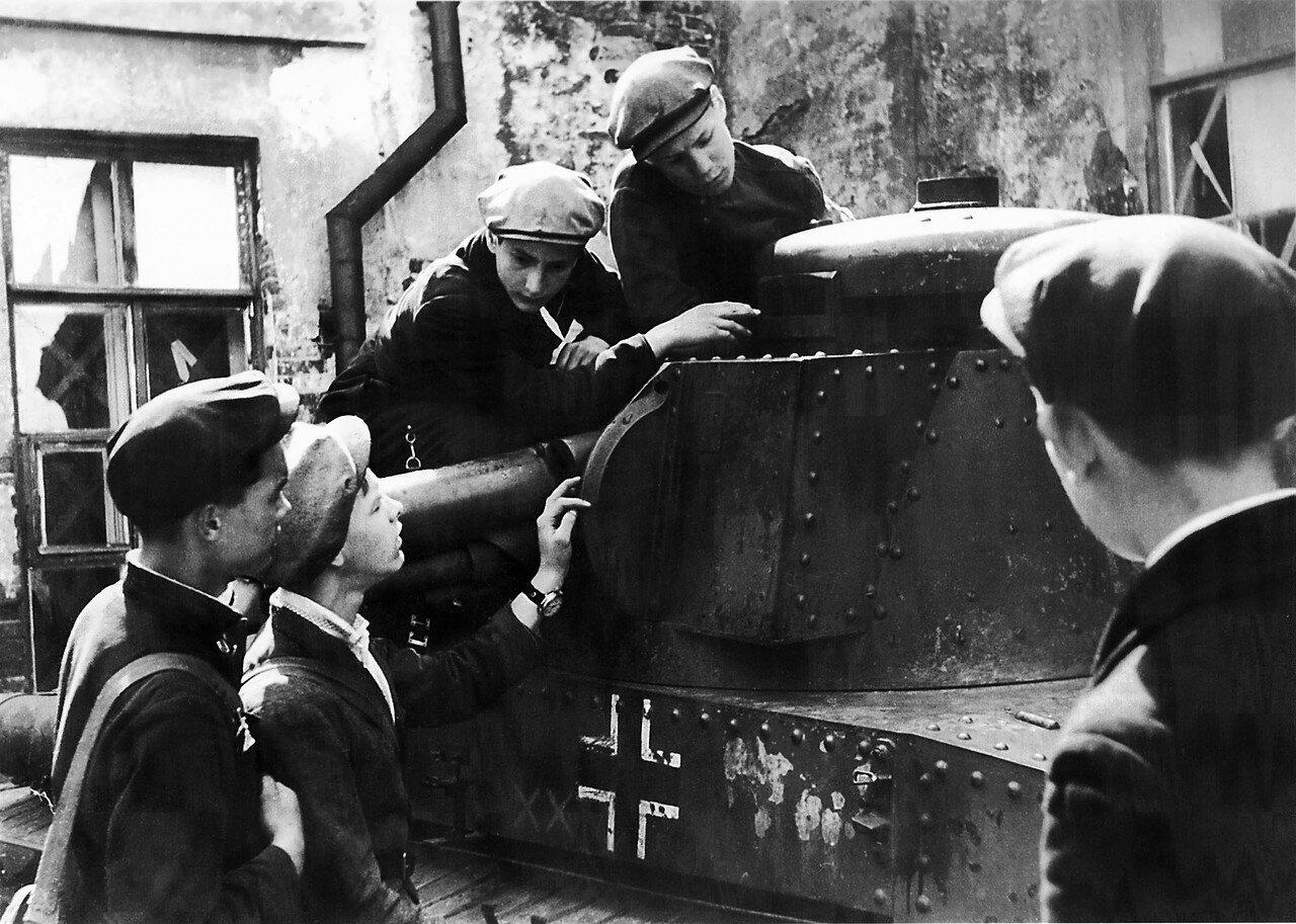 Советские подростки осматривают трофейный немецкий танк Pz.Kpfw.35. 1943