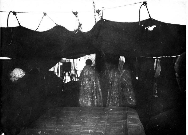 1918. На борту «Соломбала». Священники благословляют корабль, перед его отплытием в Сибирь с французской экспедицией