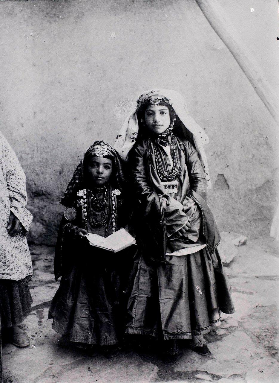 Две девушки из кочевого племени