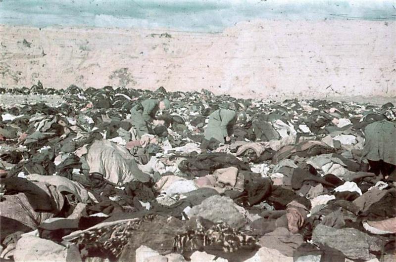 Эсэсовцы роются в вещах расстрелянных в урочище Бабий Яр