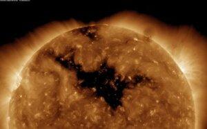 NASA опубликовало снимок огромной корональной дыры на Солнце