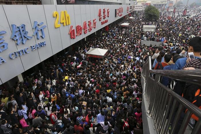 Пассажиры на переполненном железнодорожном вокзале Чжэнчжоу в первый день праздника по случаю годовщ