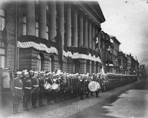 Почетный караул 147 пехотного Самарского полка у дворца на Английской набережной, где остановился итальянский король Виктор Эммануил III.