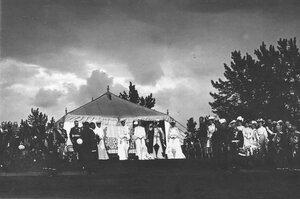 Члены императорской семьи, офицеры и генералитет на параде в честь приезда итальянского короля Виктора Эммануила III.