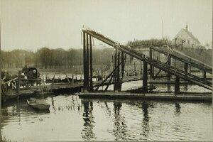 Остатки моста ,сожженного австрийскими войсками при отступлении из Польши; слева - небольшой временный мост через реку.