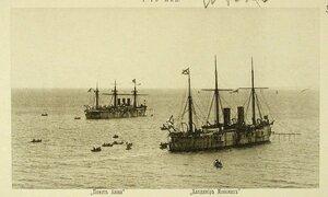 Суда соединенной эскадры на рейде;  слева - крейсер I-го ранга Память Азова, справа - крейсер I-го ранга Владимир Мономах
