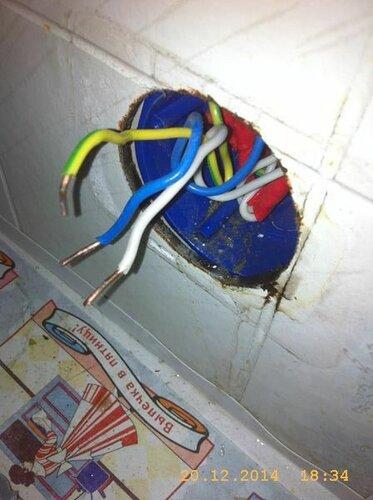Демонтаж выявил интересную причину: провода, стакан и сама розетка в воде!