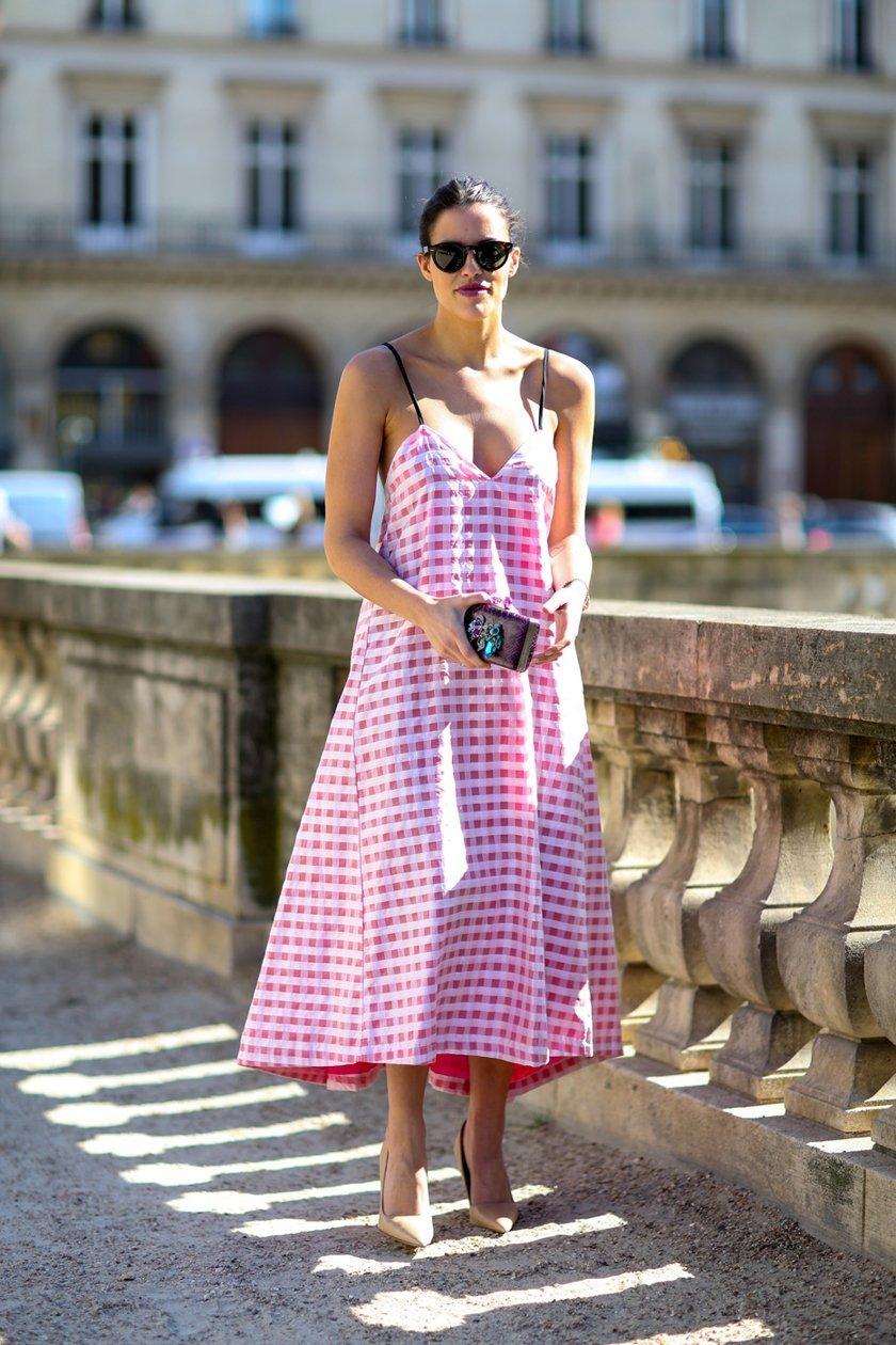 розовое платье с принтом, уличная мода Парижа 2015