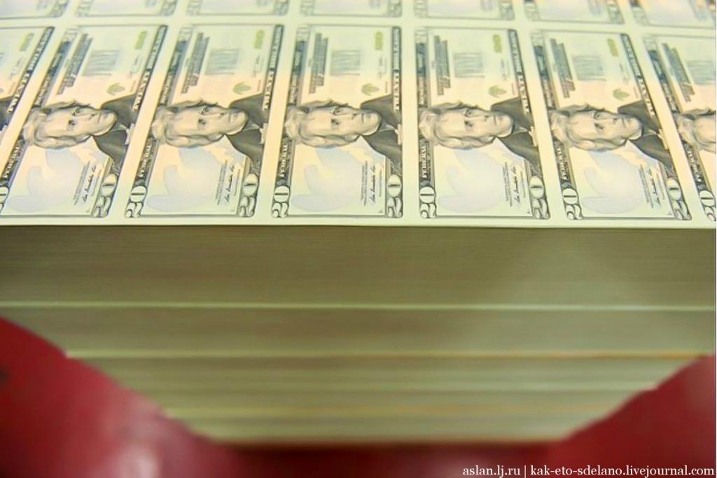 Процесс приготовления бумаги для изготовления долларов США состоит из 8 стадий. Сперва массу из льна и хлопка варят, потом ее вычищают и осветляют, затем прессуют и она попадает в аппарат, где ее размягчают при определенной температуре и превращают в кашеобразную массу. У банкнот, которая производится на этой бумаге есть внутренний слой, который практически невозможно подделать. Водяные знаки на долларах  получаются, когда в определенном порядке из этого слоя вытягиваются волокна. Также на этапе подготовки бумаги в нее вшиваются защитные полосы, которые появились на последних образцах банкнот.