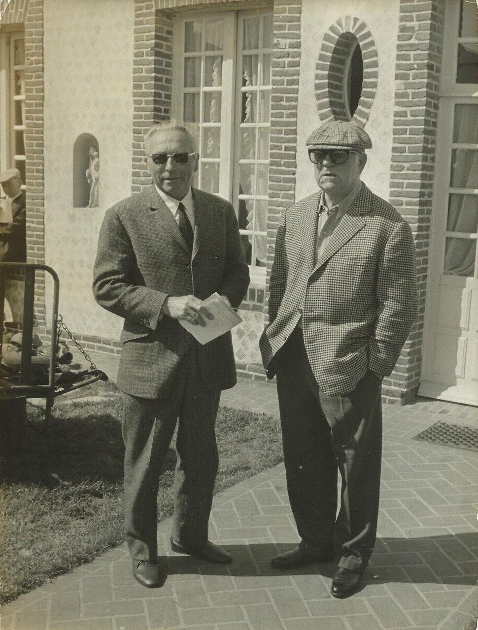 Жан Габен и тренер Генри Левек, только что купивший его лошадей