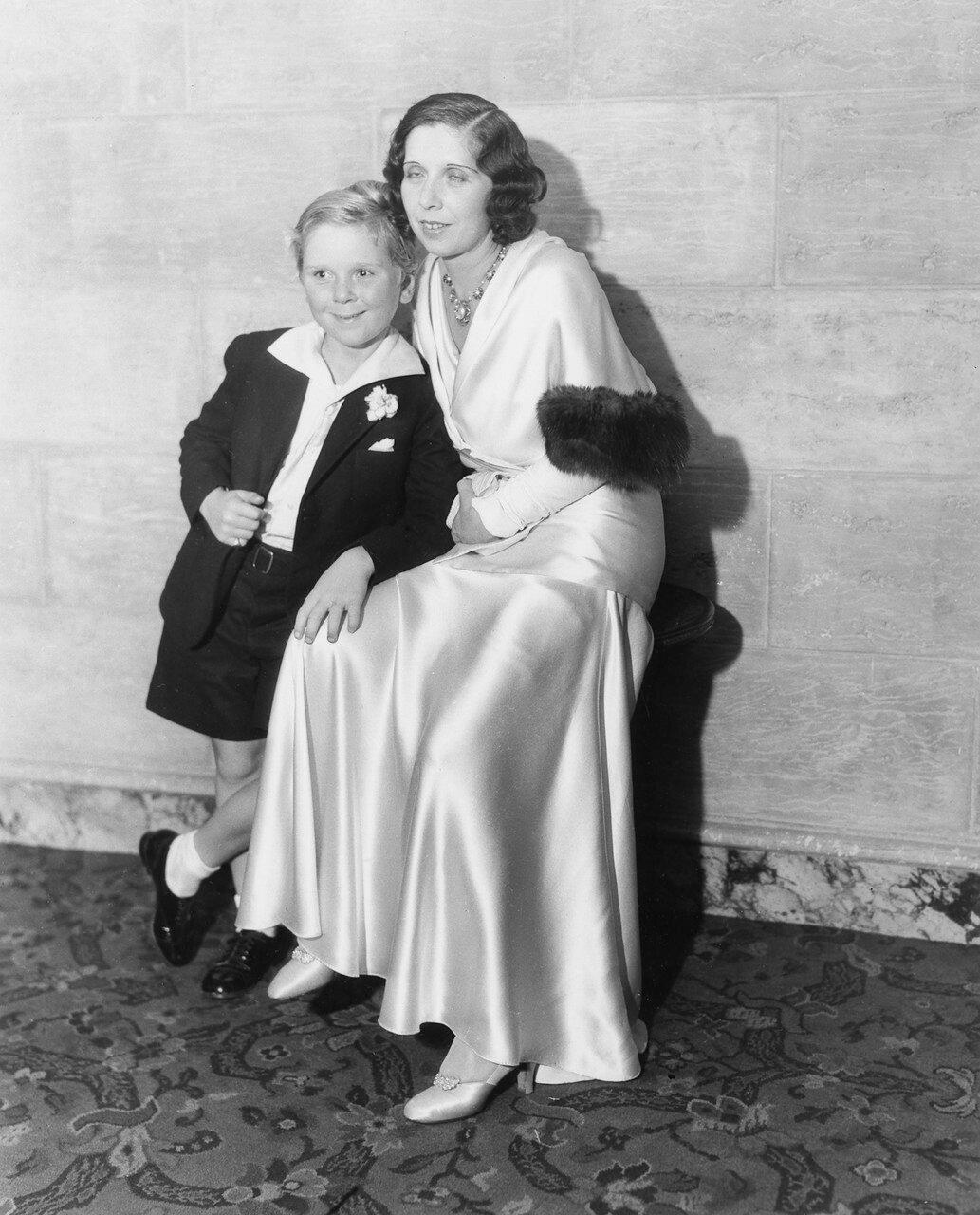 1932. Джеки Купер со своей матерью. Джеки Купер номинат на Оскар за роль в фильме «Скиппи» (Skippy)