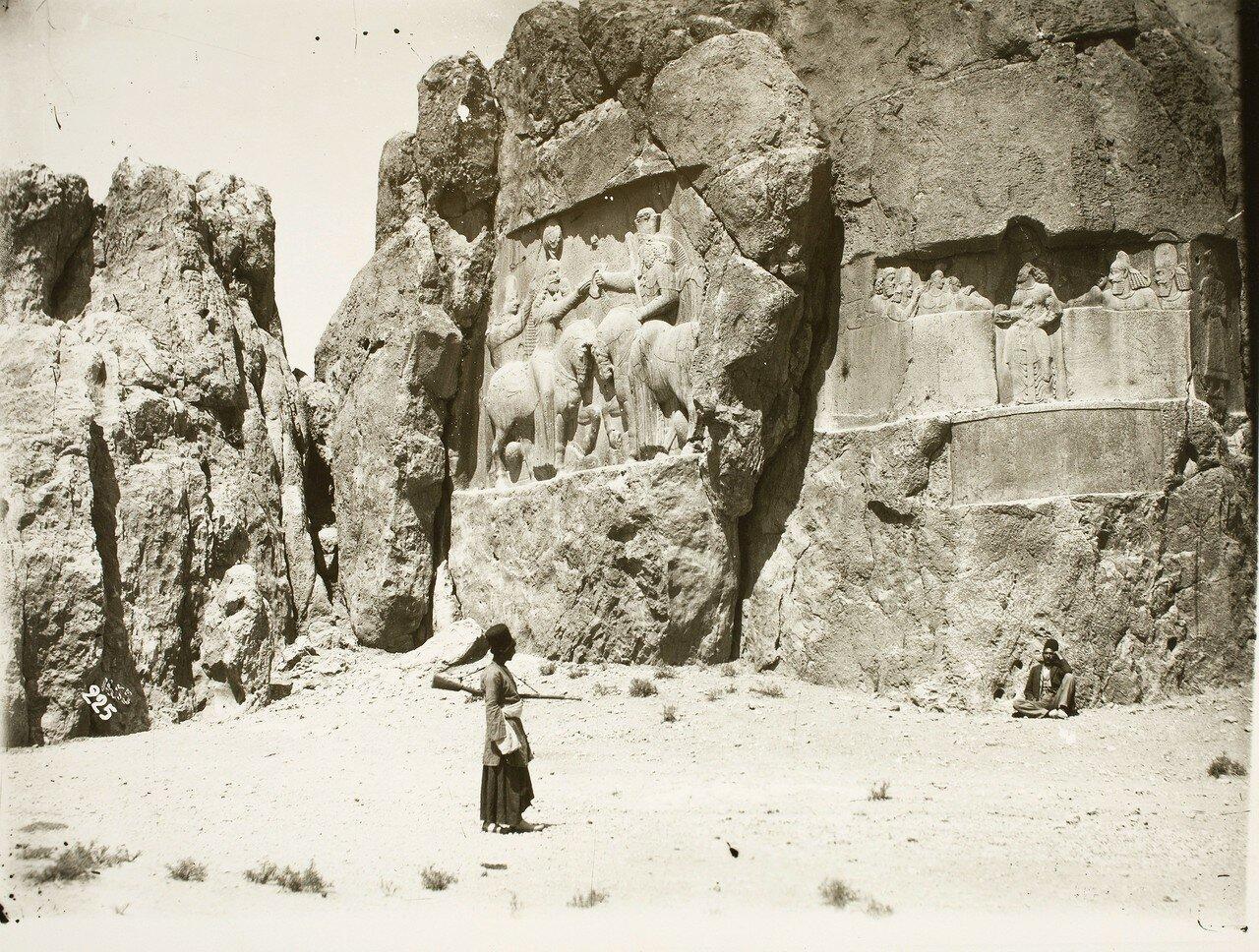Накше-Рустам. Два сасанидских рельефа с изображением инвеституры Ардашира I богом Ахура Маздой (Ормузд)