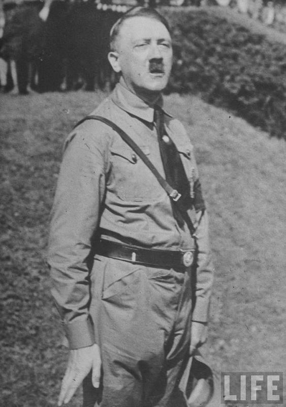 Гитлер в коричневой нацистской одежде во время выступления на открытом воздухе в Австрии. 1938 г.