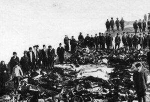 Родственники и друзья  у тел убитых рабочих Ленских золотых приисков. 4 апреля 1912г. Ленские прииски.