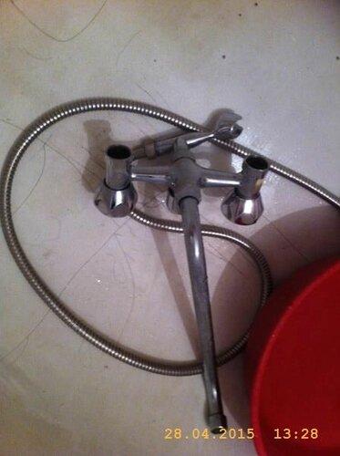 Снял смеситель, отложил в ванну