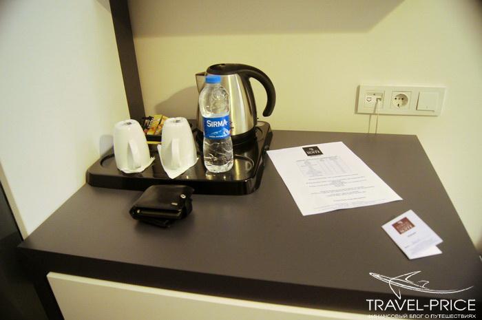 бесплатный чай и бутылка чистой воды