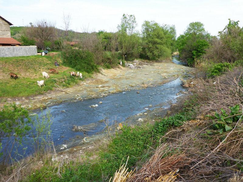 грязная речка из медного рудника с мусором у города бор
