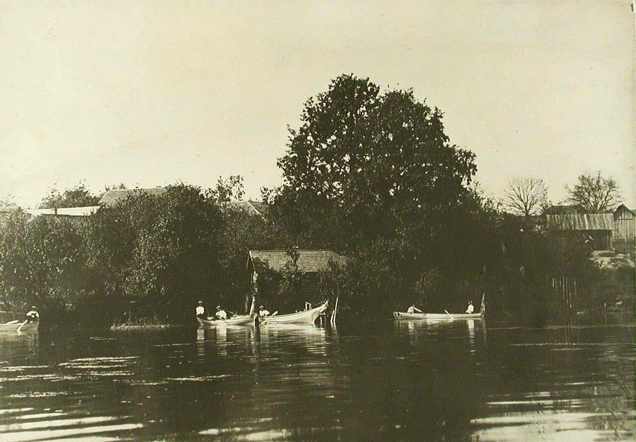 22. Юнкера катаются на лодках на Дудергофском озере. Деревня Виллози