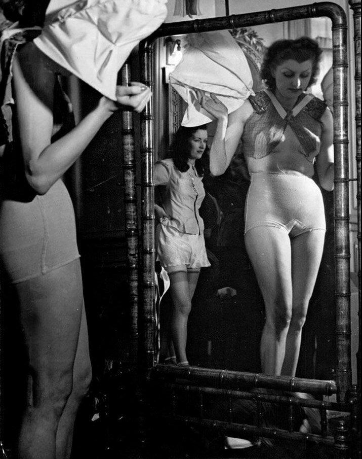 1930. Женщина одевается перед зеркалом. Париж