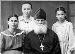 Священник Николай Молодцов с родственниками.