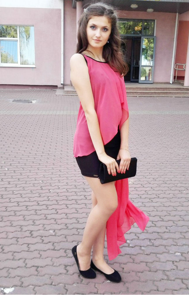 Изящная девушка в платье с розовой накидкой