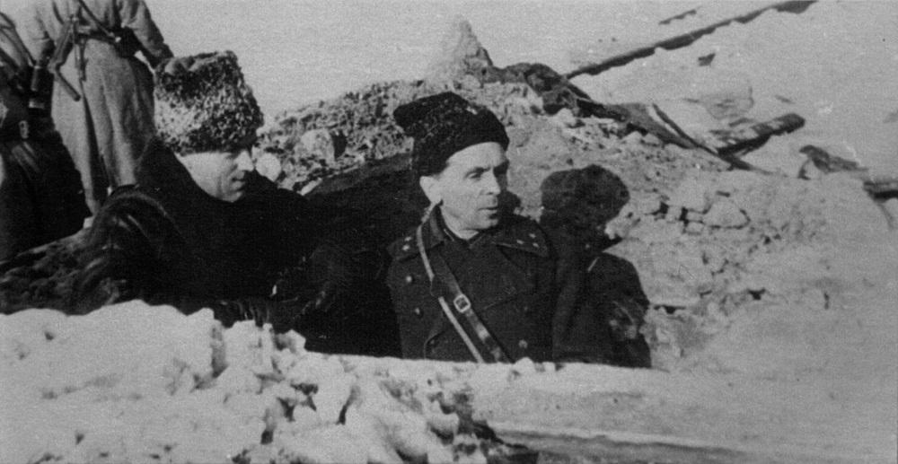 Командующий Донским фронтом К.К. Рокоссовский и командующий 65-й армией П.И. Батов на передовой.jpg