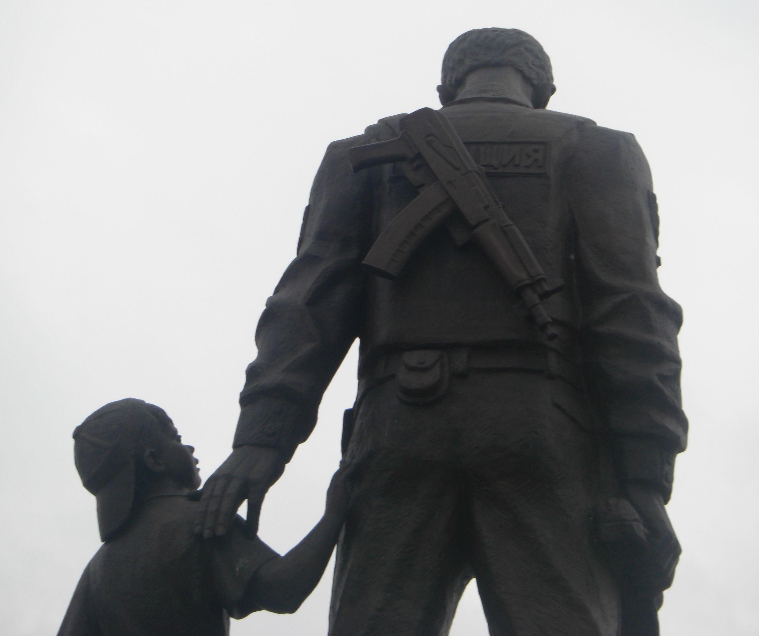 Вот иответ! Памятник изготавливался когда МИЛИЦИЯ была переименована вПОЛИЦИЮ, нотак как большинство погибших были именно милиционерами, тобыл найден оригинальный выход— наспине видна только «ИЦИЯ» (26.05.2015)