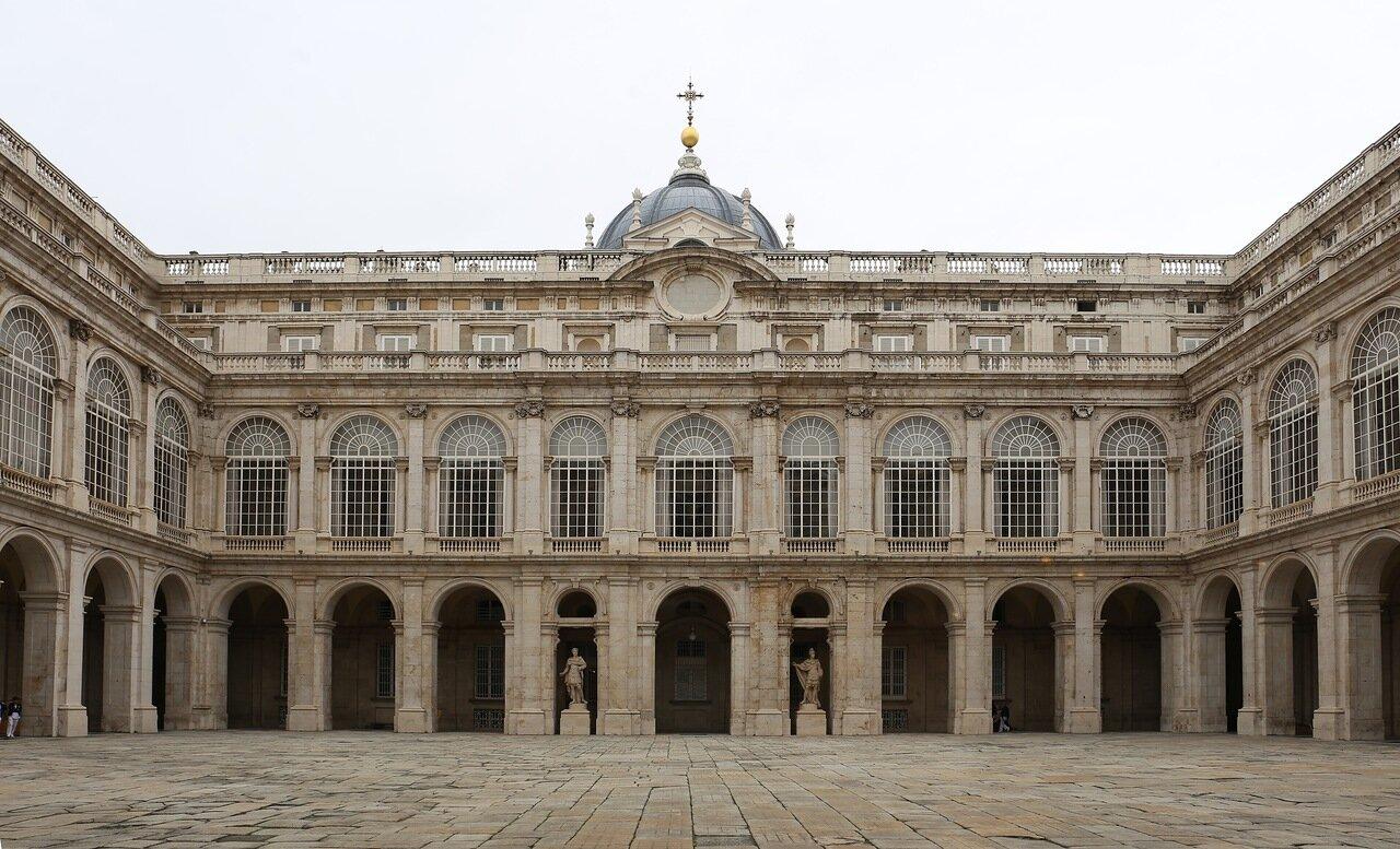 Мадрид. Королевский дворец. Оружейная площадь