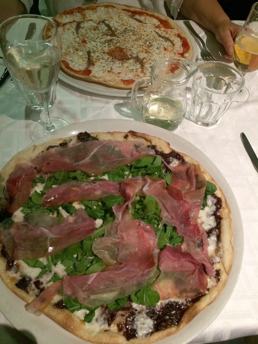 4. Время ужинать. Возможно, мы мыслим штампами, но раз мы в Италии, то идем есть пиццу Сдаю пароли-я