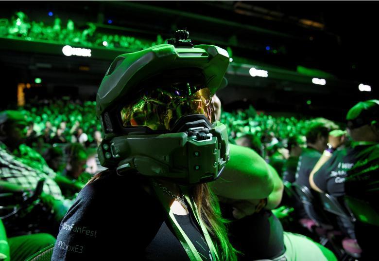 Посетители выставки играют в видеоигру «Destiny 2» на графических картах Nvidia.