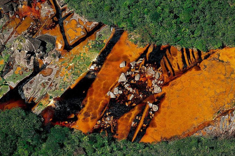 13. Река Чурун на Горе Дьявола Ауянтепуи в Венесуэле , питающая самый высокий водопад мира Анхель.