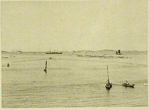 Корабли эскадры, украшенные флагами по случаю празднования Дня основания республики Северо-Американских Соединенных Штатов (вид рейда с балкона клуба)