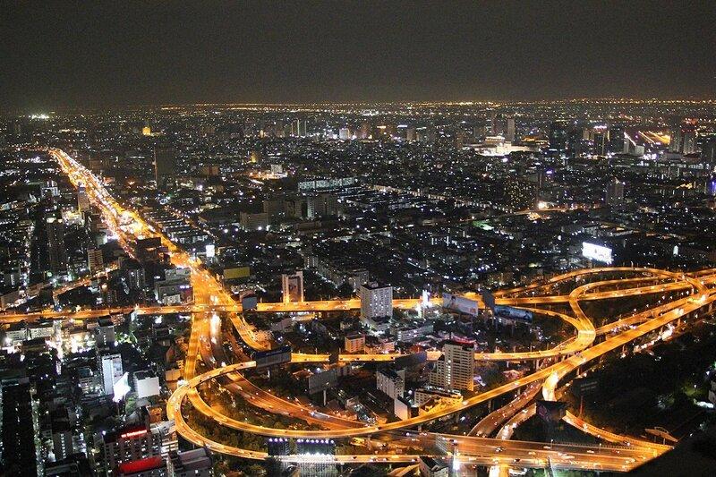 Вид с крыши небоскрёба Baiyoke Tower II на огни магистралей и домов ночного Бангкока (Таиланд)