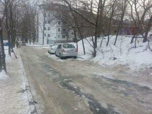 Автомобиль сбил чистившего снег мужчину во Владивостоке