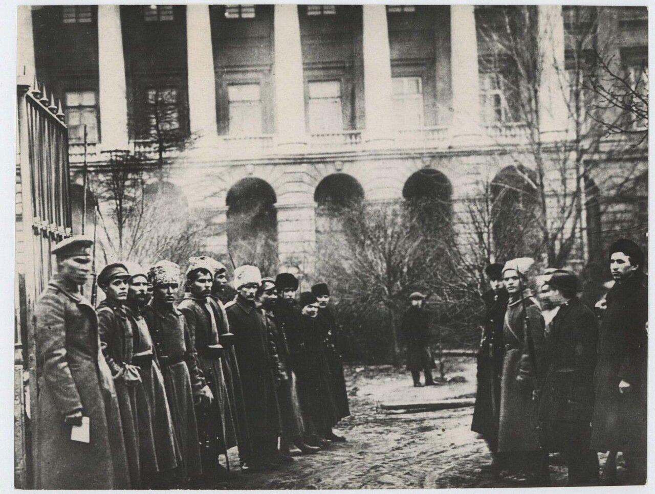 1917. Красногвардейцы возле Смольного