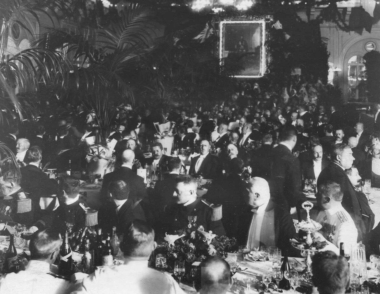 117. Русские буржуа, офицеры с французскими дипломатами на завтраке в честь приезда Р.Пуанкаре в зале Городской думы