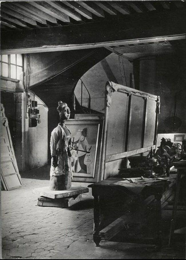 1946. «Женщина с палитрой» (1943) Пикассо в мастерской на улице Великих Августинцев