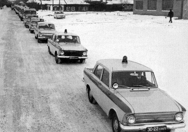 1974 Омск, колонна милицейских патрульных автомобилей едет на техосмотр, впереди Москвичи-412.jpg