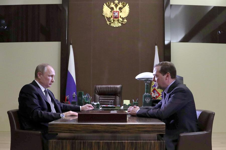Рабочая встреча Путин и Медведева в Сочи 19.05.17.png
