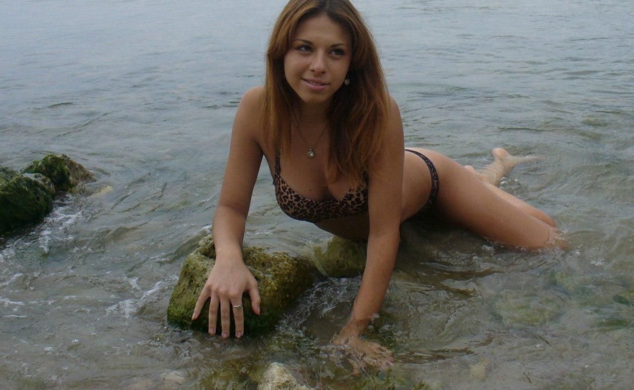Девчонка в леопардовом купальнике