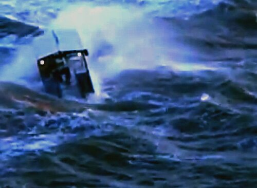 Морской трактор чуть не погиб от штормовой волны