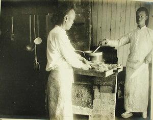 Повара за приготовлением обеда в кухне на барже-лазарете имени Ее высочества великой княгини Ксении Александровны