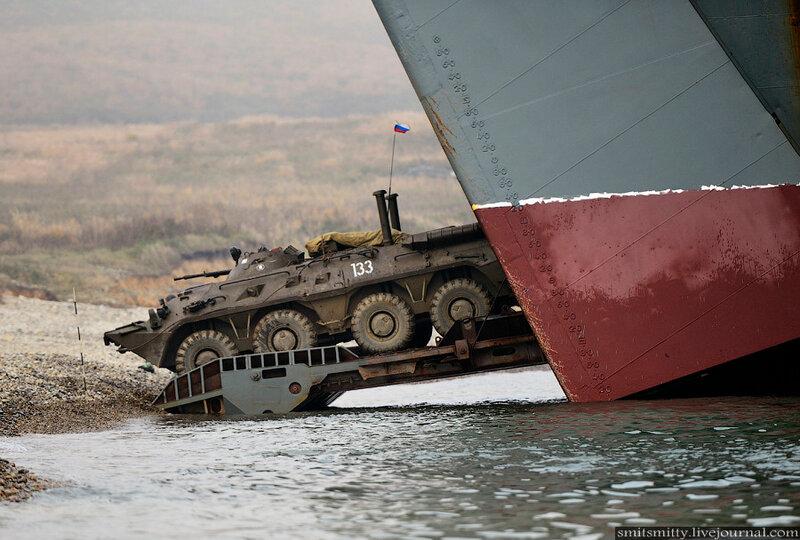 Высадка морского десанта во время тактического учения бригады морской пехоты ТОФ